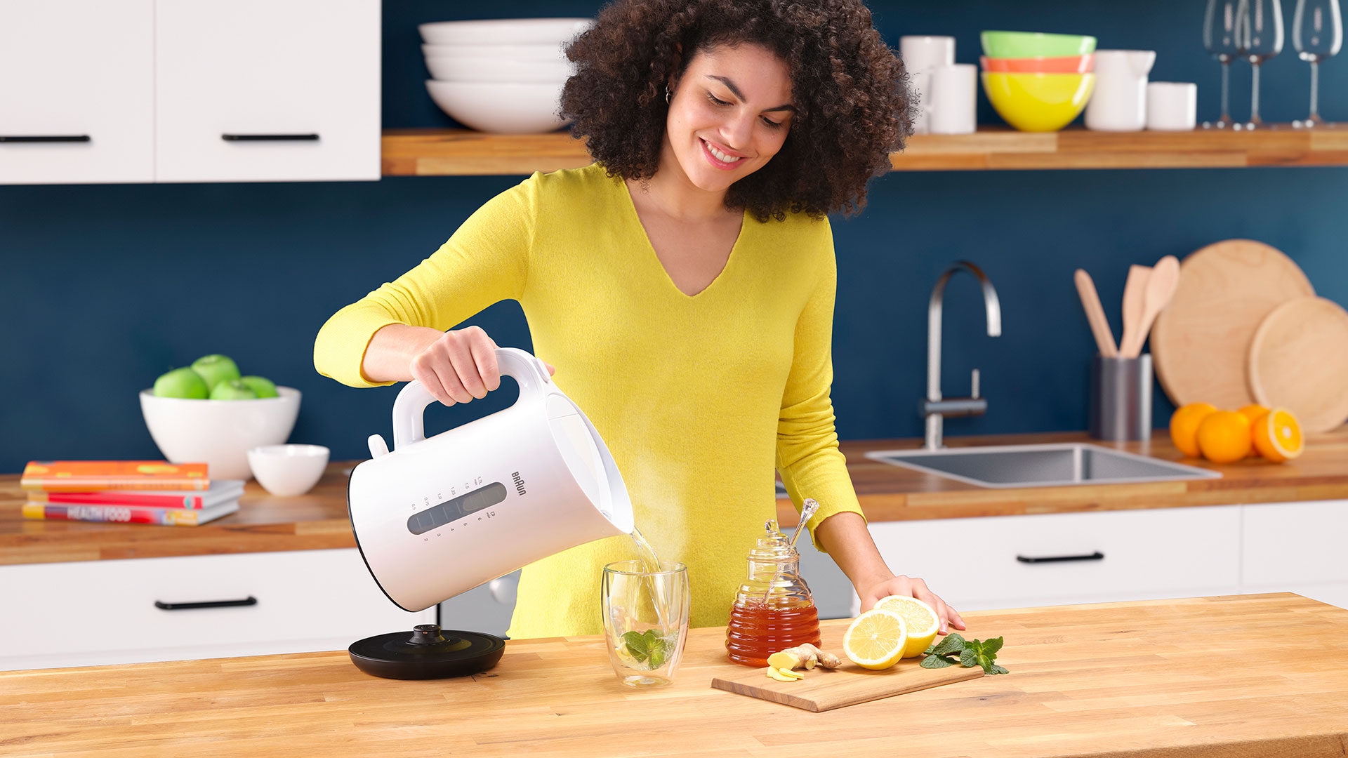 Braun Breakfast Series 1 Water Kettle WK 1110 WH in use