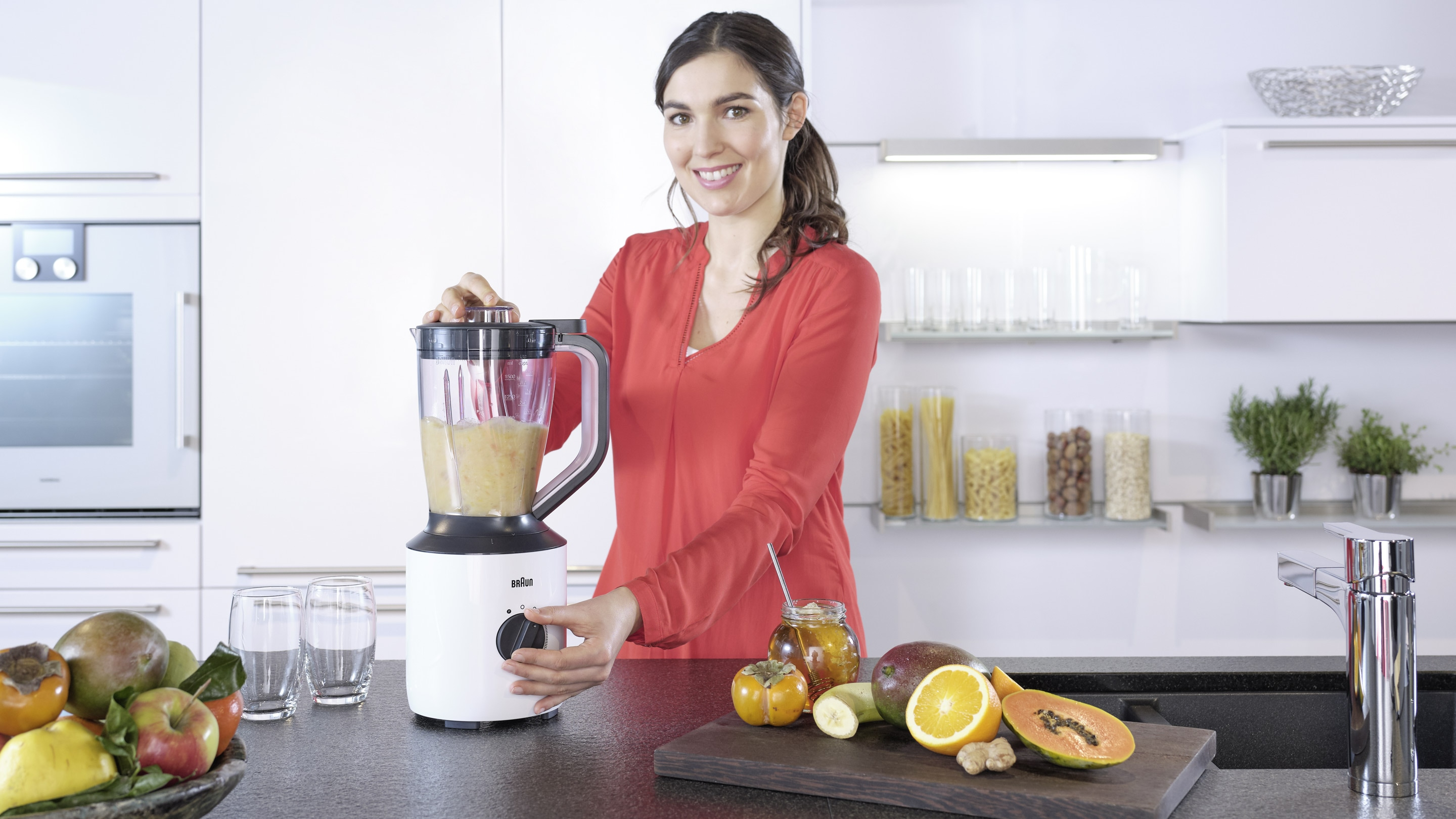 Braun PowerBlend 3 jugblender in use
